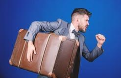 Diefstal van eeuw De dienst van de levering Reis en bagageconcept Hipsterreiziger met bagage Bagageverzekering Mens stock afbeeldingen