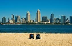 Diego-Skyline mit Strand-Stühlen Stockbilder