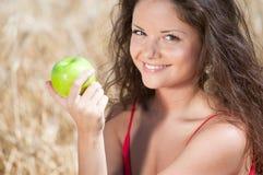 dield яблока есть женщину лета пикника Стоковые Изображения RF