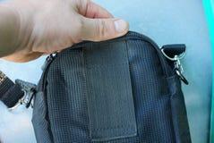 Dien een open zwarte zak op een grijze achtergrond in Royalty-vrije Stock Fotografie