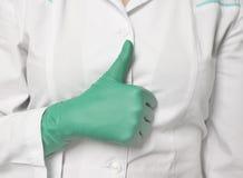Dien handschoen in, die o.k. teken toont Royalty-vrije Stock Foto