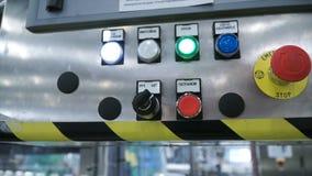 Dien handschoen dringende knoop in - beginnend industrieel proces klem De arbeider drukt de knoop bij de fabriek Stock Foto's