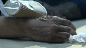 Dien pijnlijke plekken onder draagstoel, het slachtoffer van de bio-wapensaanval, besmettelijke besmetting in stock video
