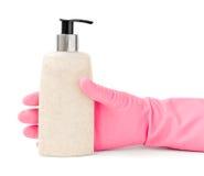 Dien Rubberhuishoudelijk werkhandschoen in die een Fles van Kosmetische Partij grijpen Royalty-vrije Stock Afbeelding