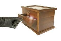 Dien zwarte handschoen het openen kist met juwelen in Stock Foto's