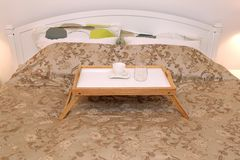 Dienblad in Bed stock foto