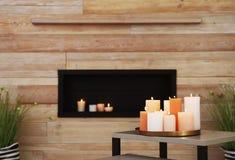 Dienblad met het branden van kaarsen op lijst stock foto's