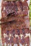 Dienblad met Iberische worsten stock foto's