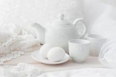 Dienblad met ontbijt op een bed Stock Afbeeldingen