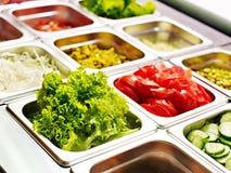 Dienblad met voedsel op showcase bij cafetaria stock afbeeldingen