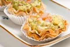 Dienblad van avocado en garnalen canape Stock Fotografie