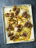 Dienblad van plattelander gebakken kippenvleugel stock afbeeldingen