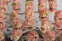 Dienblad van ruwe vleesballetjes klaar te bakken Royalty-vrije Stock Afbeelding