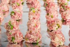 Dienblad van ruwe vleesballetjes klaar te bakken Stock Fotografie