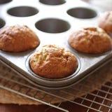Dienblad van tedere en gouden Banaanmuffins stock foto