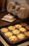 Dienblad van vers gebakken cakes Royalty-vrije Stock Foto