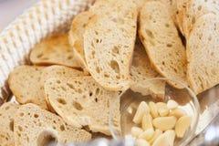 Dienblad van Vers Gemaakt Zuurdesembrood met Knoflookkruidnagels Stock Afbeeldingen