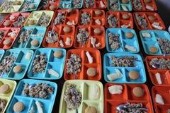 Dienbladen van voedsel voor een programma van de Zondagschool stock afbeeldingen