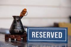 Diende de close-up traditionele Turkse koffie in cezve op houten tribune, porseleinkop met geraffineerde suikerkubussen op lijst  stock afbeelding