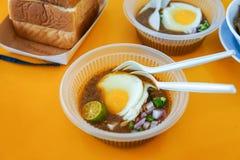 Diende het speciaal gemaakte geroosterde brood met boonsaus met ei, populair in Staat van Johor in Maleisië Genoemd geworden 'kac royalty-vrije stock afbeelding