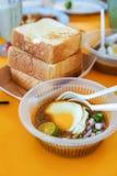 Diende het speciaal gemaakte geroosterde brood met boonsaus met ei, populair in Staat van Johor in Maleisië Genoemd geworden 'kac stock fotografie