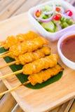 Diende het varkensvlees satay, Geroosterde varkensvlees met pindasaus of snoepje en zo Stock Foto's