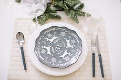 Dienen einer festlichen Tabelle Dekorationen des neuen Jahres Weihnachts- und des neuen Jahreskonzept stockbild