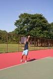 Dienen einer Tennis-Kugel stockbild