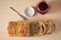 Dienen für Frühstücks- oder Teezeit mit geschnittenem Brot Stockbild