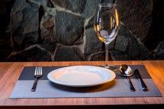Dienen im Restaurant ohne Lebensmittel lizenzfreies stockfoto