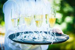 Dienend Champagne   Stock Afbeelding