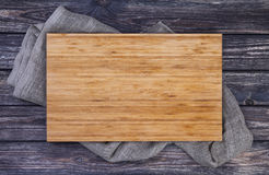 Dienend dienblad over oude houten lijst, scherpe raad aangaande donkere houten achtergrond, hoogste mening Stock Foto's