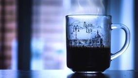Dienend hete koffie die langzaam stomen stock videobeelden