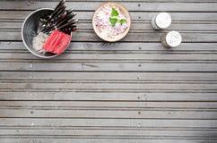 Dienende achtergrond op donkere grijze metaalachtergrond met ruimte voor tekst Hoogste verpakt meningsmes en vork, bestek, cole Royalty-vrije Stock Fotografie