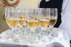 Dienende champagne Royalty-vrije Stock Afbeeldingen