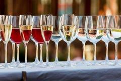 Dienende die lijst op gebeurtenispartij of huwelijk wordt voorbereid Stock Foto