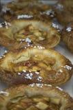 Dienende gebakken appeltaarten één op een rij bij de markt stock foto's