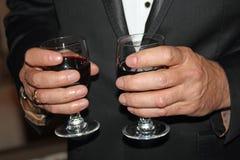 Dienende Gläser des Kellners Rotwein Stockbild