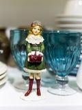 Dienende Kerstmislijst met kleurrijke toebehoren gelegd feestelijk Royalty-vrije Stock Afbeeldingen