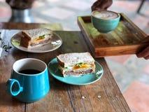 Dienende Latte-kunstkoffie op de houten lijst, Heerlijk Gezond Ontbijt met Zwarte koffie en latte kunstkoffie royalty-vrije stock foto