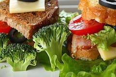 Dienende ontbijttoost met bacon Stock Fotografie