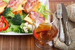 Dienende ontbijttoost met bacon en kruiden Stock Foto