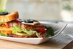Dienende ontbijttoost met bacon en kruiden Royalty-vrije Stock Afbeelding