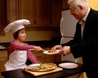 Dienende Pizza aan Opa Stock Foto's