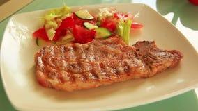 Dienende schotel met vlees en plantaardige salade stock video