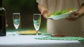 Dienende Tabelle Dame mit nicht vegetarischer Nahrung GVO, pestizidfreie Produkte stock video