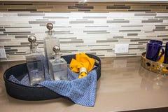 Dienende Tray Of Glass Decanters On-Marmor-Küchenarbeitsplatte stockbild