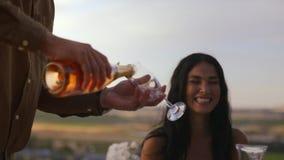 Dienender Champagner zu den Freunden stock footage