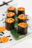 Dienender roher Vegetarier rollt mit Karotte Stockfotos