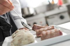 Dienendes Drittel der kleinen Rindfleischsteaks mit Kartoffeln Stockbild
